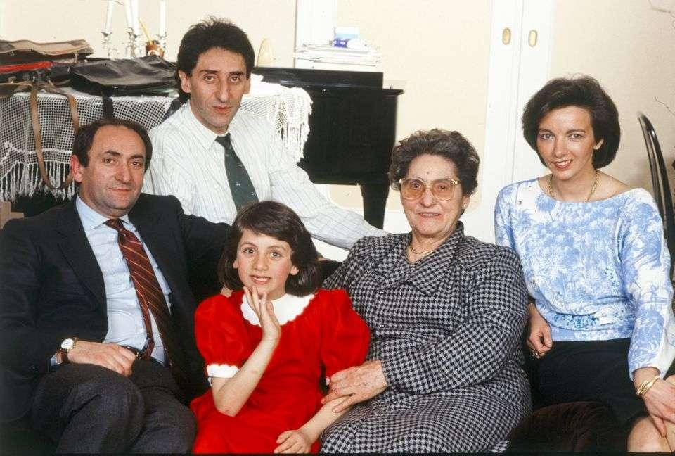 Mondadori Portfolio via Mondadori via Getty Images Franco Battiato col fratello Michele, la nipote Grazia Cristina, la madre Grazia e la cognata Graziella nel 1985